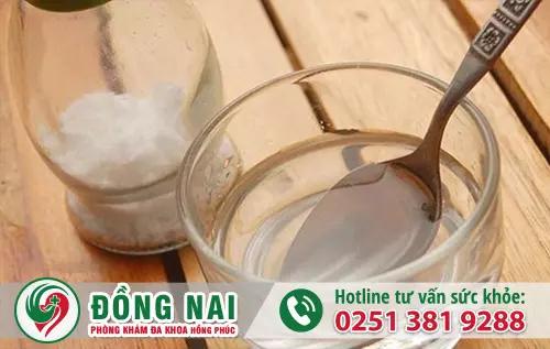 Pha nước muối loãng giúp chị em khắc phụ viêm âm đạo