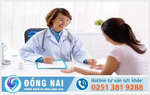 Bác sĩ tư vấn khám bệnh cho bệnh nhân tại phòng khám